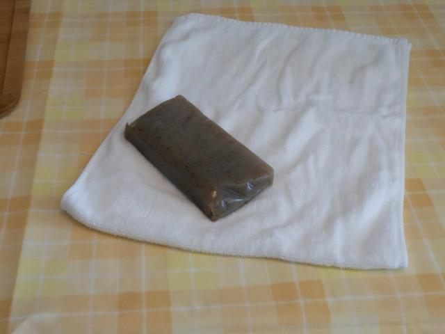 ゆでたコンニャクをタオル包む